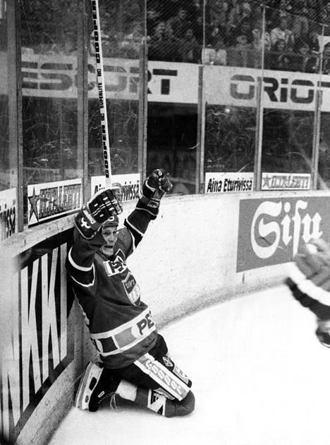 Lättysyöttöjen mestari Matti Hagman tuulettaa syyskuussa 1986. Hän alusti maalin Ässiä vastaan.