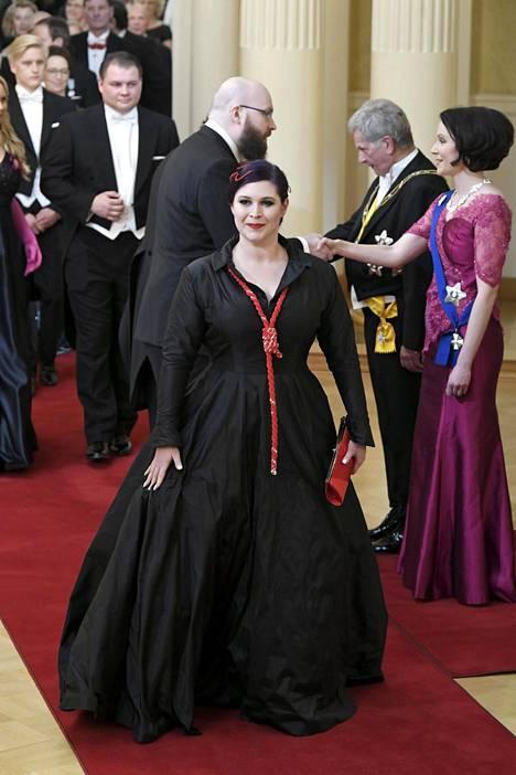 Toimittaja Maria Pettersson oli pukeutunut kantaaottavaan asuun.