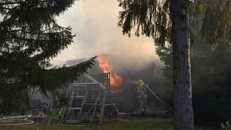 Talo oli tulessa palokunnan saapuessa paikalle.
