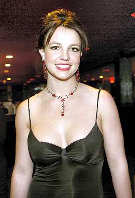 Britneyn vartaloa myötäilevässä puvussa oli hennot spagettiolkaimet.