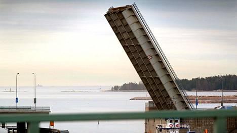 """Lauttasaaren siltaa aiotaan kehittää """"jalankululle ja pyöräilylle paremmin soveltuvaksi"""". Viime viikolla nähtäville tullut hanke on vain yksi pieni palanen paljon suuremmassa liikennepoliittisessa linjauksessa. Muutoksen myötä myös sillan legendaarinen nostoläppä (kuvassa) suljetaan"""