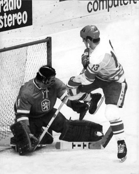 Tshekkoslovakin ja Neuvostoliiton otteluissa oli ylimääräistä latausta vuoden 1968 tapahtumien jälkeen. Kuva vuoden 1977 kisoista, joissa Boris Mihailov hätyyttelee Vladimir Dzurillan maalia.