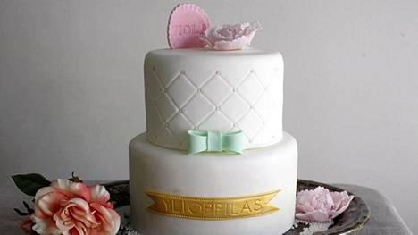 Kaksi kerroksinen suklaa-juhlakakku on tehty taidolla. Kakun on tehnyt Unelma Bakery.