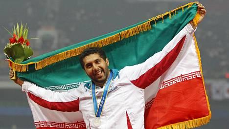 Iranilaisen moukarinheittäjän Kaveh Mousavin tulosparannus tällä kaudella on herättänyt keskustelua. Kuvassa Mousavi juhlii Aasian mestaruuskisojen kakkostilaa vuonna 2010 Kiinassa.