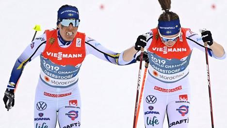Charlotte Kalla lähetti Ebba Anderssonin kolmannelle osuudelle torstain MM-viestissä. Tässä vaiheessa mitalisijat olivat jo karanneet Ruotsilta.