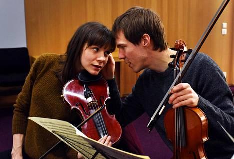Sofian (Misa Lommi) ja Antin (Olavi Uusivirta) seurustelusuhde joutuu koetukselle, kun Antti rakastuu myös opettajaansa.