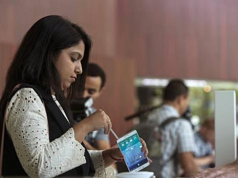 Samsungin ja Applen suurinäyttöiset älypuhelimet ovat syöneet tablettien markkinoita. Nyt yritykset kasvattavat tablettien kokoa.