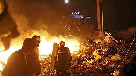 Mielenosoittajat kerääntyivät tulien lähistölle keskiviikon vastaisena yönä.