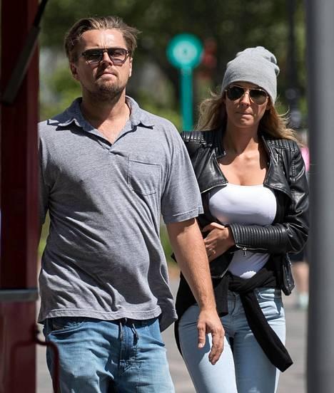 Leonardo DiCaprio ja malli Ela Kawalec yhdessä New Yorkissa 14. toukokuuta.