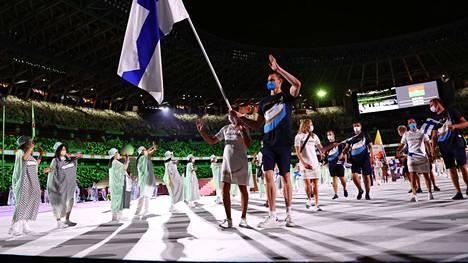 Ari-Pekka Liukkonen kantoi Suomen lippua Tokion olympialaisten avajaisissa yhdessä Satu Mäkelä-Nummelan kanssa.