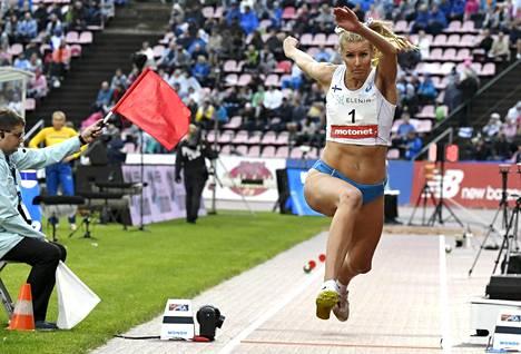 Kristiina Mäkelä loikki ykköseksi tuloksella 13,81.