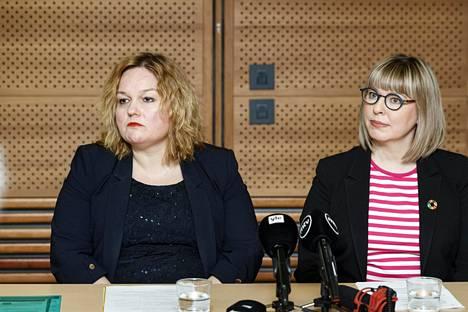 Perhe- ja peruspalveluministeri Krista Kiuru (vasemmalla) ja sosiaali- ja terveysministeri Aino-Kaisa Pekonen sosiaali- ja terveysministeriön koronavirusta käsittelevässä taustatilaisuudessa