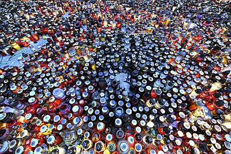 Presidentinlinnan edustalle oli tuotu kymmeniätuhansia kynttilöitä.