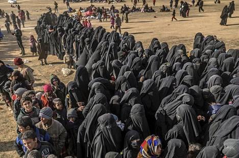 Valtaosa Baghuzista evakuoiduista on Isis-taistelijoiden perheenjäseniä.