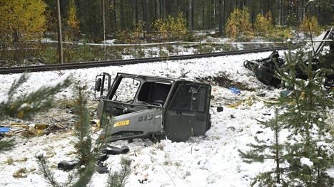 Puolustusvoimien Masi-ajoneuvo törmäsi junaan Raaseporissa 26. lokakuuta 2017.