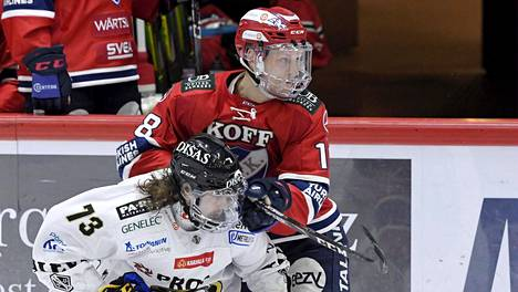 Kärppien Libor Sulak (vas.) ja HIFK:n Teemu Tallberg vauhdissa avauspuolivälierässä.