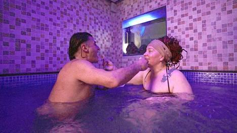 Mustafa vei Maaritin kylpylään tutustuakseen tähän paremmin.