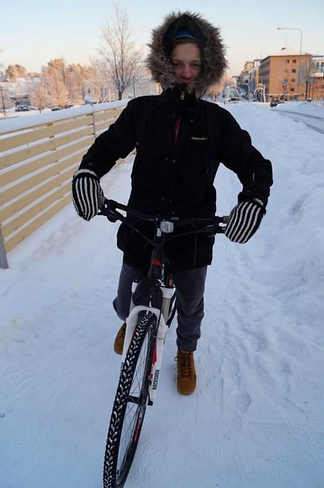 Pakkanen ei estä polkupyöräilyä. Arttu Mäkelä polki koulumatkansa kovasta pakkasesta piittaamatta tammikuussa 2016.