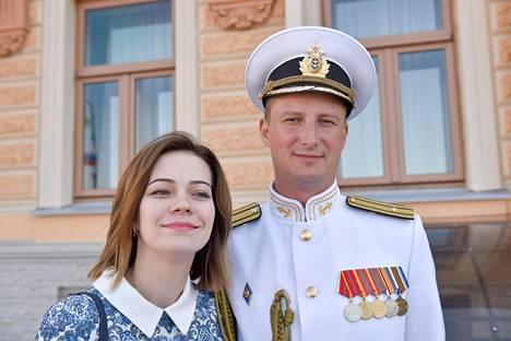 Aleksandr Poljubin keskusteli mielellään ulkomaalaistoimittajan kanssa Olga-vaimo kainalossaan.