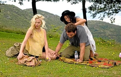 Amerikkalaisnainen (Scarlett Johansson) tapaa ex-avioparin (Penelope Cruz ja Javier Bardem).