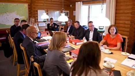 """Neuvotteluja ensi vuoden budjetista on käyty tällä viikolla Espoossa. Valtiovarainministeri Mika Lintilän (kesk) mukaan kansainvälisessä taloudessa vallitseva epävarmuus heijastuu Suomen tilanteeseen. Suomessa mennään Lintilän mukaan """"heikomman kasvun aikaan""""."""