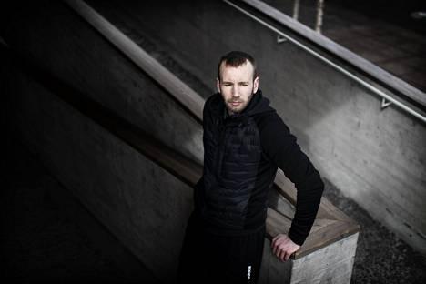 Vuoden 2008 jälkeen Sakari Markkasesta tuli kovan luokan ammattirikollinen. Kolme vuotta sitten hän jätti laittomuudet. Tässä Markkanen nojailee vanhan ala-asteensa kaiteisiin Roihuvuoressa.