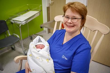 Apulaisylilääkäri Outi Palomäki otti vastasyntyneen syliinsä.