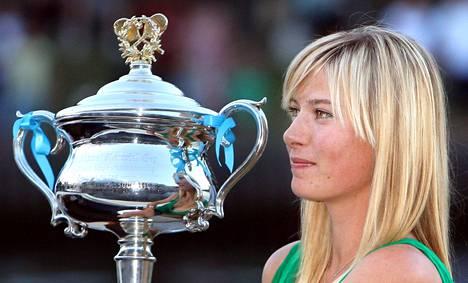 Sharapova ja Australian avointen voittopokaali 2008.
