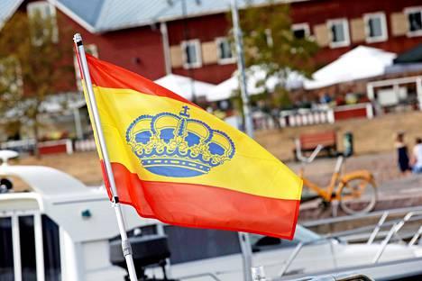 Espanjan kuningashuoneen rib-veneeessä ollut lippu kertoi, missä päin kuningas on.