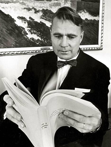 Vuosi 1967. Valtiovarainministeri Koivisto luki hallituksen esitystä eduskunnalle vuoden tulo- ja menoarvioksi.