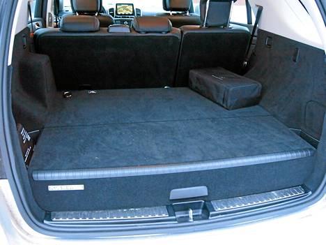 Mercedeksessä tavara- tilan käytettävyyttä rasittaa pistokehybridin vaatima akkumöykky.  Tilaa ei saa tasaiseksi,  ja Volvo-tyyliset lisä- penkitkin puuttuvat.