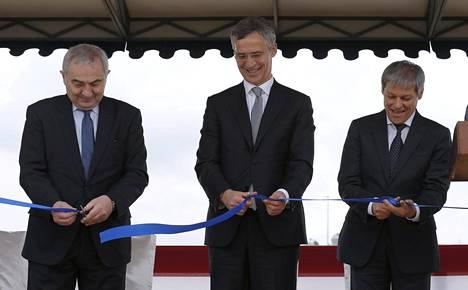 Romanian ulkoministeri Lazar Comanescu, Naton pääsihteeri Jens Stoltenberg ja Romanian pääministeri Dacian Ciolos vihkivät Aegis Ashore -tukikohdan käyttöön Deveselussa torstaina.