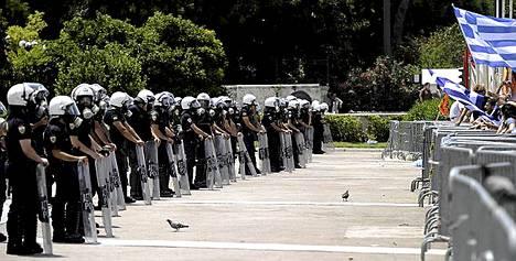 Poliisit ja mielenosoittajat kohtasivat parlamenttitalon edustalla Ateenassa. Kreikassa alkoi tiistaina yleislakko.