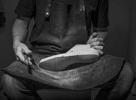 Tarkimmat lepolestit ovat suoria kopioita valmistuslesteistä. Kuva on suomalaisen jalkinesuunnittelijan Janne Laxin itsekehittämästä lestistä.