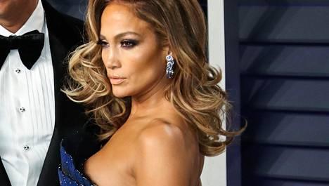 Haluatko, että ihosi hehkuu bronssisena tänä kesänä Jennifer Lopezin tapaan? Meikkitaiteilija kertoo, miten se onnistuu.