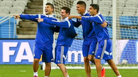 Sergio Agüero (ensimmäinen vasemmalta) ja Marcos Rojo (toinen oikealta) kuuluivat molemmat Argentiinan MM-ryhmään. Mukana olivat myös muun muassa Lionel Messi (toinen vasemmalta) ja Augusto Fernandez.