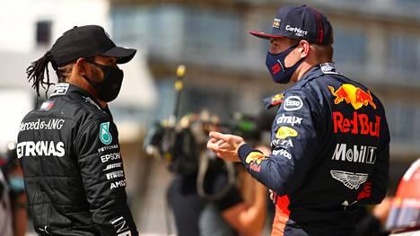 Lewis Hamilton (vasemmalla) voitti ja Max Verstappen oli toinen Britannian GP:ssä.