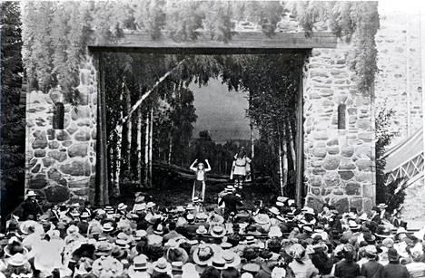 Erkki Melartin johtamassa Aino-oopperaa Olavinlinnassa 1912. Nimiosassa Aino Ackté.