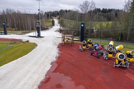 Hiihtolatu lumettomana talvena Vantaan Hakunilassa.