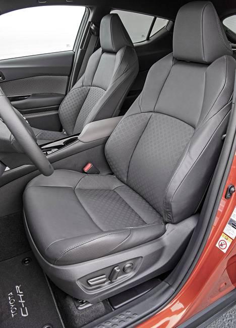 Musta nahkaverhoilu kuljettajan istuimessa sähkösäädöin on noin tuhannen euron lisävaruste ylempiin Style- ja Premium-varustetasoihin.