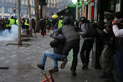 Poliisi ottaa kiinni mielenosoittajan Pariisissa 2 helmikuuta 2019.