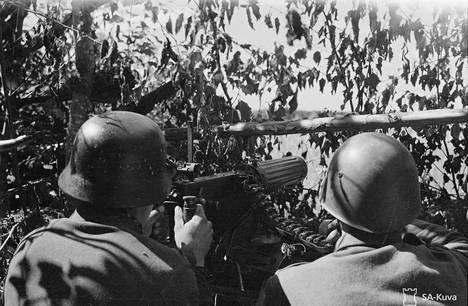 Suomalainen konekivääri asemissa Kannaksella kesällä 1944.