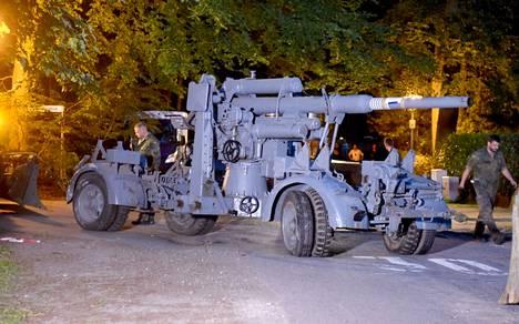 Miehen hallusta löydettiin panssarivaunun lisäksi myös muun muassa toisen maailmansodan aikainen ilmatorjuntatykki.