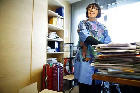 Jyväskyläläinen Eila Tiainen pakkasi eilen tavaroita työhuoneessaan eduskunnan Pikkuparlamentissa.