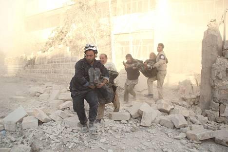 Venäjä käytti YK:n turvallisuusneuvostossa veto-oikeuttaan ja esti tulitauon Syyrian Aleppoon. Kuvassa rypälepommien uhreja kannetaan raunioista Aleppossa.