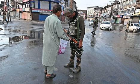Asukkaille tehtiin turvatarkastuksia Srinagarissa. Intia on perustellut itsehallinnon purkua muun muassa terrorismin vastustamisella, mutta maan pelätään pyrkivän keikauttamaan muslimienemmistöisen alueen väestösuhteita.
