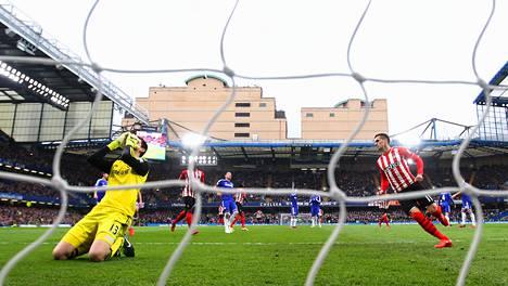 Southamptonin Dusan Tadic (oik.) laukoi pallon Chelsean maaliin rangaistuspotkusta.