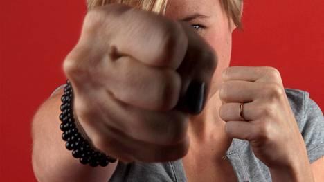 Perheväkivaltaa käyttäneet naiset kokevat avun saamisen vaikeaksi.