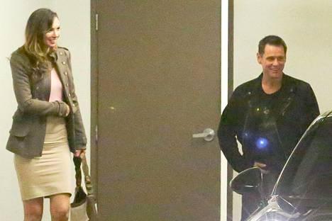 Jim Carrey naureskeli tumman kaunottaren kanssa ravintolasta poistuessaan.