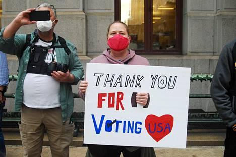 Joe Bidenin kannattajat pitivät lippua korkealla Philadelphiassa.